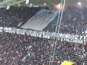 """I tifosi della Juventus rispondono con ironia """"politicamente scorretta"""" nel match contro il Napoli alle accuse di discriminazione territoriale"""